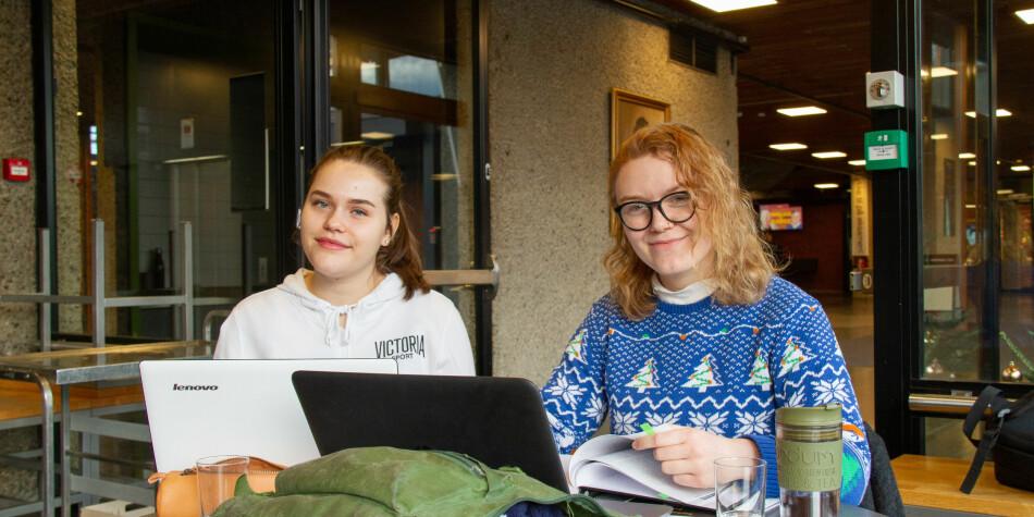 Tina Ødegård (til v.) og Jeanette Stensnes studerer tverrfaglige kjønnsstudier ved Universitetet i Oslo. — Jeg vet at mange synes ex.phil. er et irriterende fag å måtte ta, men som student er det fint å få den bakgrunnen - og få et innblikk i hvordan folk har tenkt gjennom historien og hvorfor folk tenker som de gjør nå. Foto: Mats Arnesen.