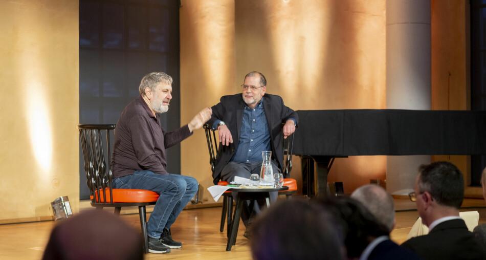 Slavoj Zisek og Tyler Cowen på scenen under Holbergdebatten i Bergen. — Lykke er for hallikar, seier Zizek. Foto: Tor Farstad