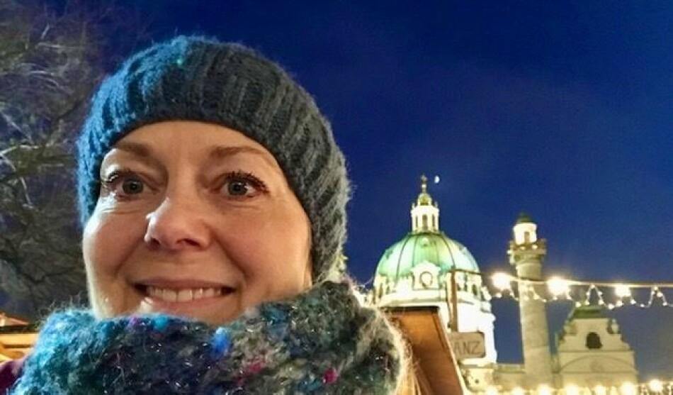 Tyskprofessor Eli Nesje Vestli ved Høgskolen i Østfold skal ferdigstille en artikkel i jula, men med pauser foran juletreet, mens julestillheten har senket seg over innboksen. Foto: Selfie