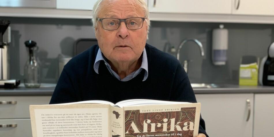 Tore Linné Eriksen: Endelig med boka i hendene: Den store boka om Afrika. Foto: Eva Tønnessen