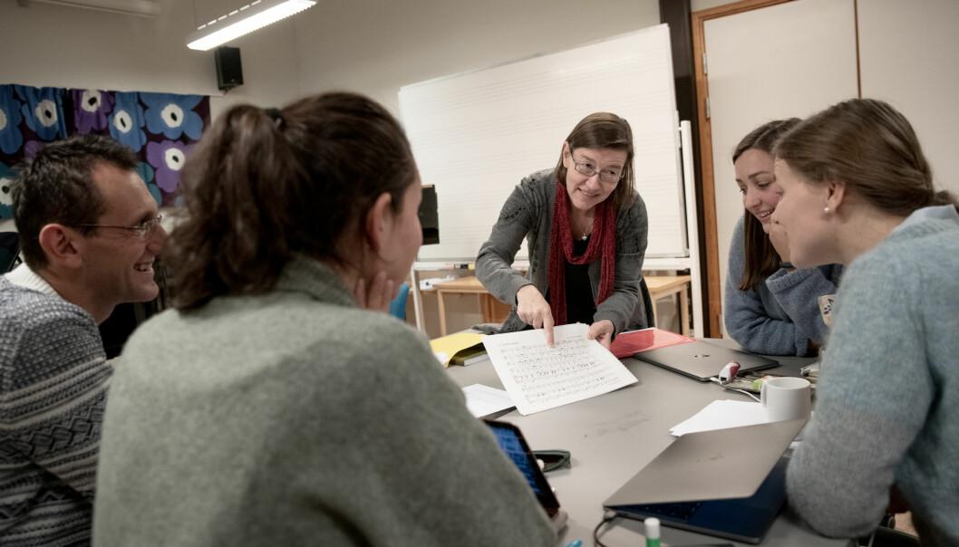 Tidligere dosent, nå professor, Hilde Blix sammen med masterstudenter i hørelære ved Musikkonservatoriet i Tromsø. Foto: Lars Åke Andersen