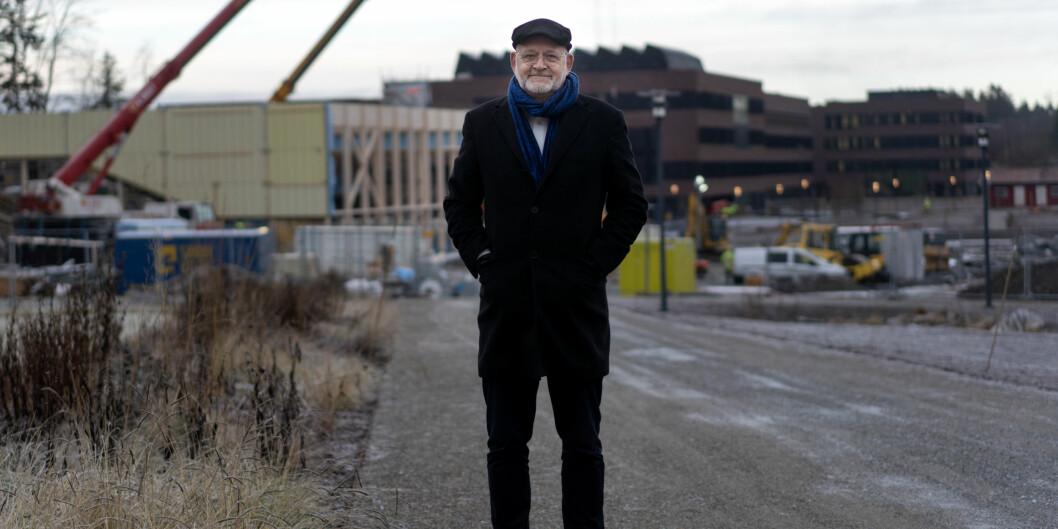 Rektor Sjur Baardsen ved NMBU foran ved byggeplassen på Campus Ås. Her skal det nye veterinærbygget stå ferdig til våren. Foto: Ketil Blom Haugstulen