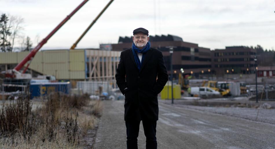 Rektor Sjur Baardsen ved NMBU foran byggeplassen på Campus Ås. Her skal det nye veterinærbygget stå ferdig til våren. Foto: Ketil Blom Haugstulen