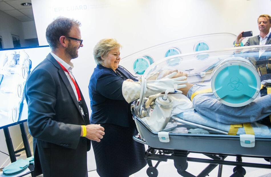 Statsminister Erna Solberg tester en EpiShuttle, produktet til selskapet EpiGuard. EpiGuard ble til med hjelp fra teknologioverføringsbedriften Inven2. Til venstre administrerende direktør Fridtjof Heyerdahl. Foto: Fredrik Varfjell/NTB Scanpix