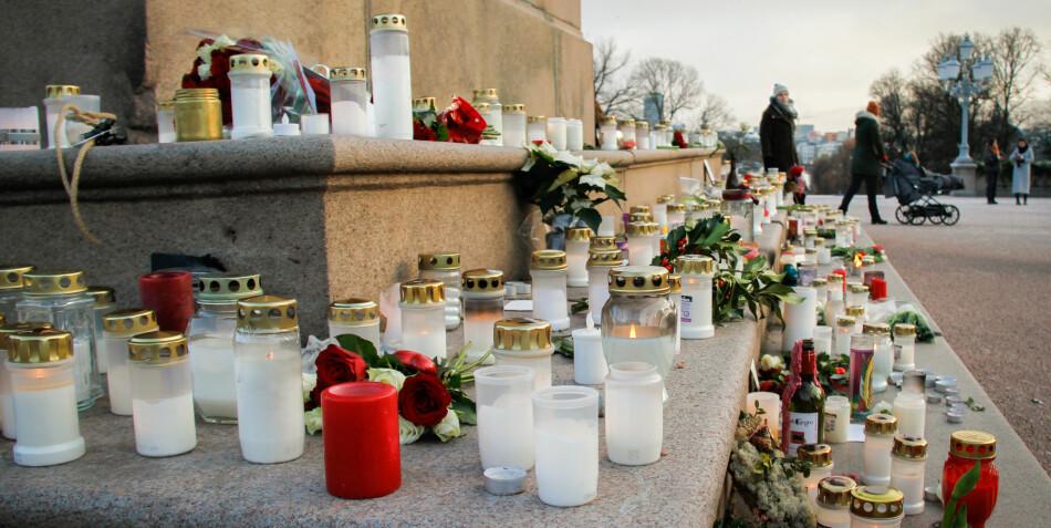 Foran Slottet har folk lagt ned blomster, tent lys og skrevet minneord i forbindelse med Ari Behns bortgang. Foto: Mats Arnesen