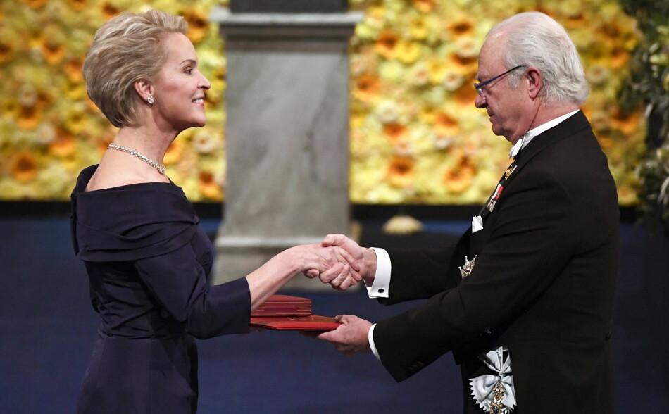 Frances H. Arnold får tildelt nobelprisen i kjemi for 2018 av kong Carl Gustaf av Sverige. No må ho og medforfattarane trekke tilbake ein fagfellevurdert artikkel. Foto: NTB scanpix - EPA/Pontus Lundahl