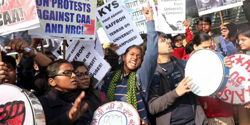 Studenter og aktivister fra Jawaharlal Nehru University (JNU) protesterer i New Dehli torsdag denne uka etter et voldelig angrep mot universitetet søndag forrige helg. Foto: Harish Tyagi/EPA/NTB Scanpix