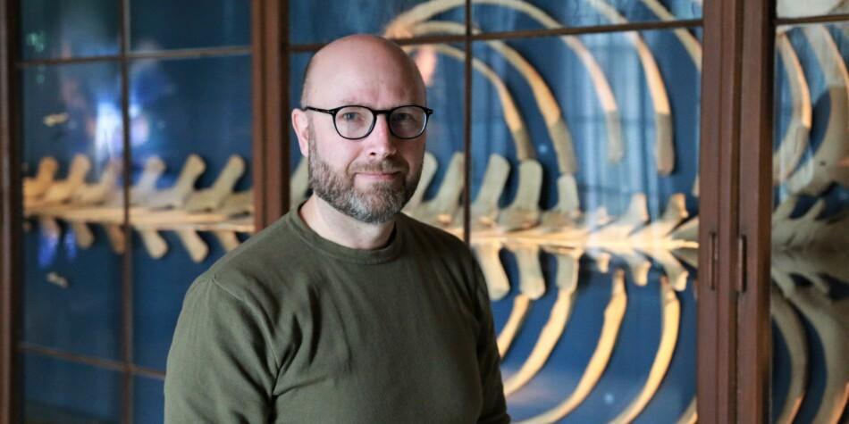 Førsteamanuensis Terje Lislevand har jobbet med plasthvalen i tre år. Nå henger restene på Universitetsmuseet i Bergen. FOTO: Jan Willie Olsen