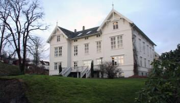 Dagens administrasjonsbygg ved Campus Stord var det første bygget som ble teken i bruk då «Storøens Seminarium» flytta frå Tyse til Rommetveit i 1866. Foto: Joar Hystad