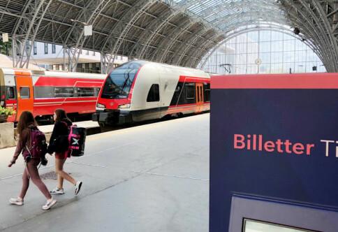 Vil kutte flyreiser: Høgskule gir pengar til studentar som tar toget