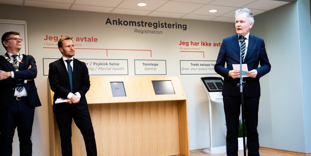Universitetsdirektør ved Universitetet i Oslo, Arne Benjaminsen, sammen med rektor Svein Stølen og direktør for SiO Helse, Trond Morten Nejad-Trondsen (i midten).