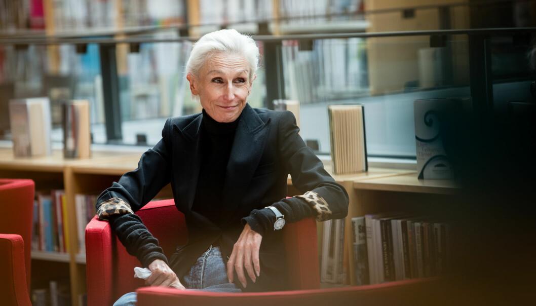 Professor i produktdesign ved OsloMet, Astrid Skjerven, skriver noe ironisk om det hun mener er den ideelle løsningen på OsloMets lokaliseringsproblem. Foto: Skjalg Bøhmer Vold