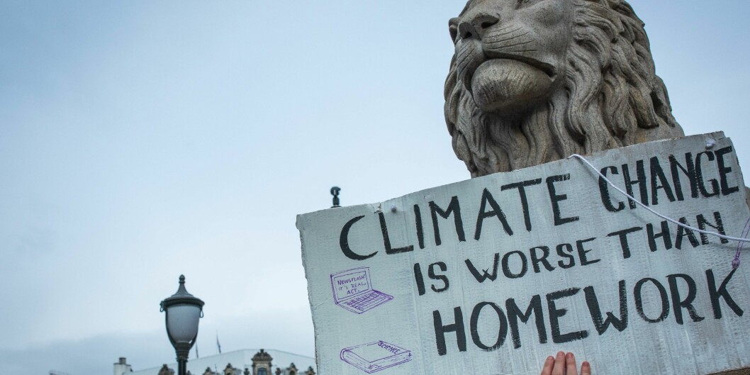 Mange av våre kommende studenter er dagens klimastreikende ungdom, og de vil kreve at sektoren tar grep for å kutte klimagassutslipp, skriver artikkelforfatterne. Bildet er fra skolestreik for klima foran Stortinget i fjor. Foto: Siri Øverland Eriksen