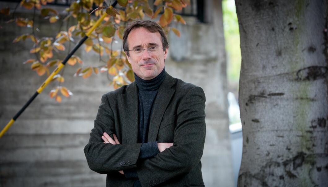 Rektor ved Høgskulen i Volda, Johann Roppen, forteller at sykefraværet ved Avdeling for mediefag er krevende. Foto: Skjalg Bøhmer Vold