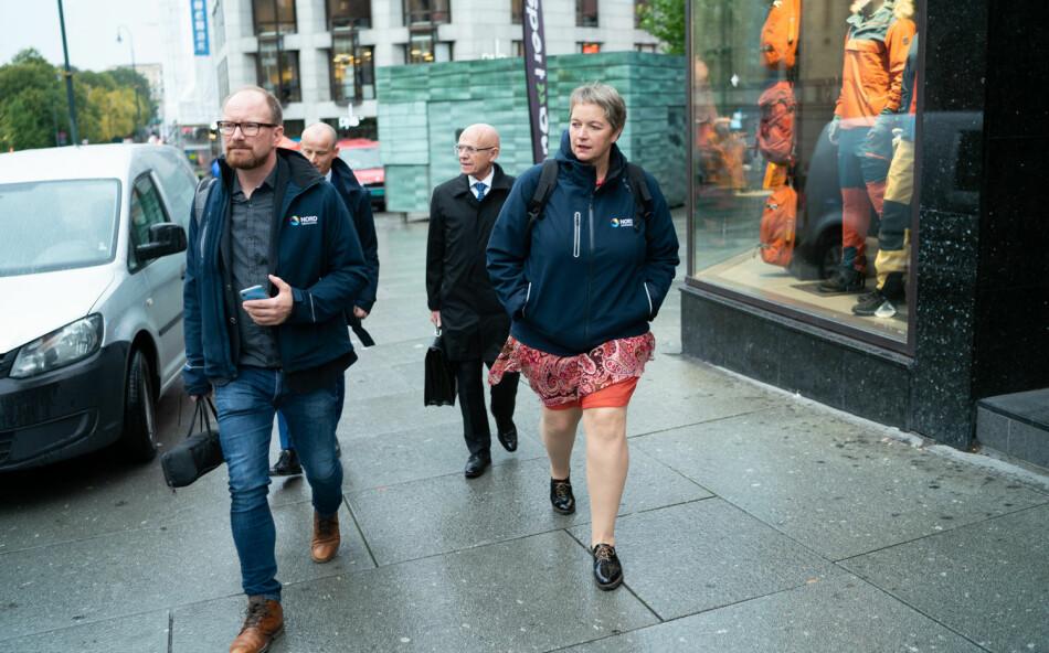 Rektor Hanne Solheim Hansen og en delegasjon fra Nord universitet på vei til høring i Stortinget i fjor høst. Foto: Ketil Blom Haugstulen