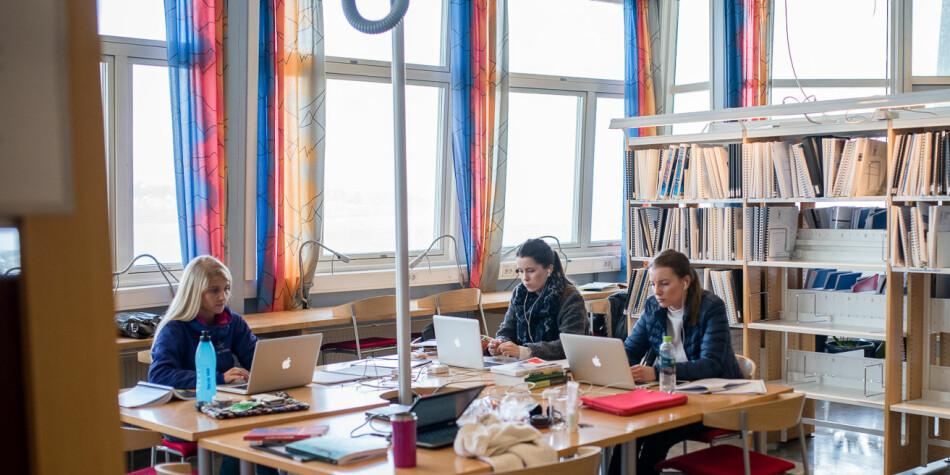 Studenter på biblioteket på daværende Høgskolen i Narvik. Foto: Skjalg Bøhmer Vold