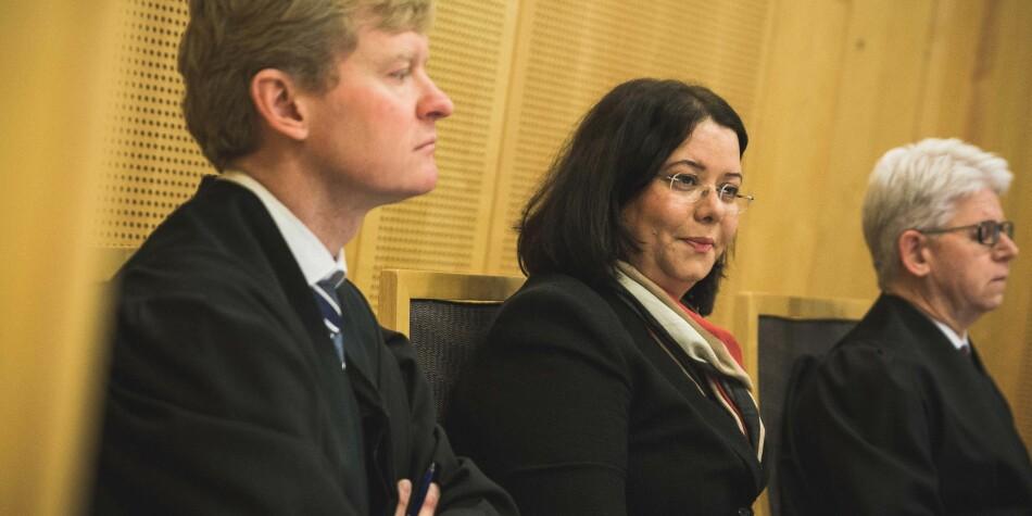 Roya Sabetrasekh (i midten), her avbildet under rettssaken i tingrett i starten av 2018, ønsker å ta saken videre til høyeste nivå i rettssystemet. Foto: Siri Øverland Eriksen