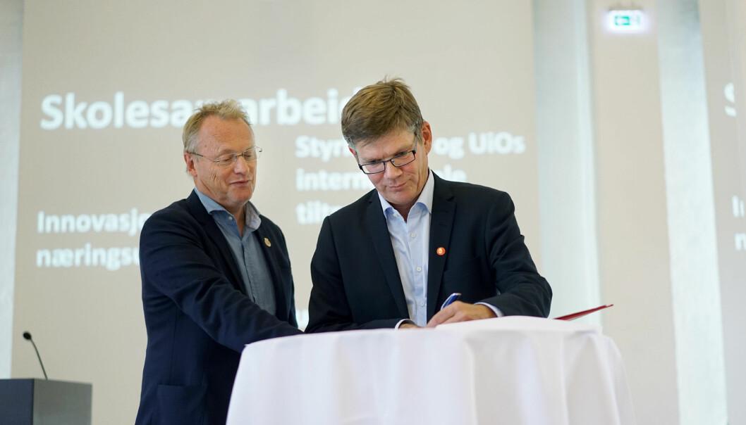 Et bilde fra hyggeligere tider. UiO-rektor Svein Stølen (til høyre) gledet seg over at han skulle kunne åpne møteplasser for studenter på campus, det måtte byrådsleder Raymond Johansen sette en stopper for etter at smitten i Oslo igjen øker.