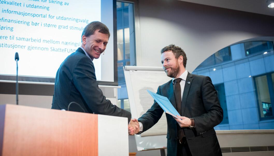 Torbjørn Hægeland overrekker sin rapport om finansieringssystemet til daværende kunnskapsminister Torbjørn Røe Isaksen.
