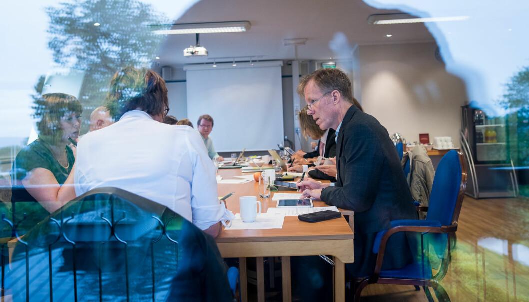 Rektor Curt Rice (t.h.) og styreleder Trine Syvertsen (med ryggen til) under sitt aller første styremøte sammen, på daværende Høgskolen i Oslo og Akershus, 1.september 2015 på Refsnes Gods på Jeløya.
