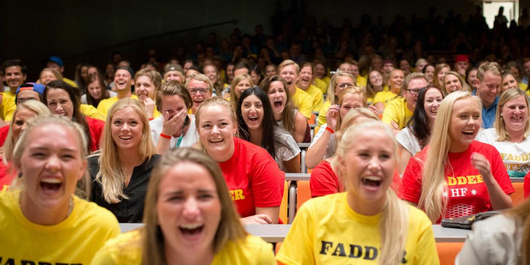 Bildet er tatt under en rungende lattersalve i et auditorium på daværende Høgskolen i Oslo og Akershus, der faddere gjør seg klare til studiestart.