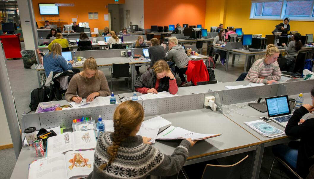 Korona har endra også lesesalslivet: Sit på den plassen du har fått. Ikkje sleik på borda eller på dei andre som også er der, skriv masterstudent Lone Lunemann Jørgensen..