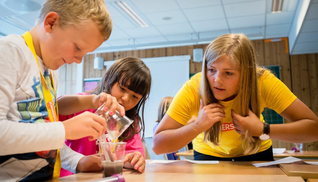 Norge trenger flere grunnskolelærere som er faglig sterke, og som kan bidra til å utvikle både elever og skole, skriver tolv rektorer ved høgskoler og universiteter. Her fra sommerskolen til Oslo kommune i 2017, praksislærer var Sunniva Braaten.
