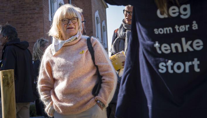 HVL-rektor Berit Rokne skryt av medarbeidarane sine.