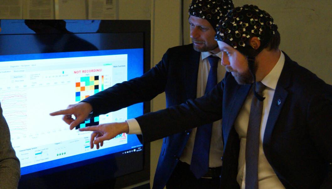 Torbjørn Røe Isaksen og Bent Høie poserer på bevegelsesanalyselaboratoriet ved OsloMet.Arkivfoto: Øystein Fimland