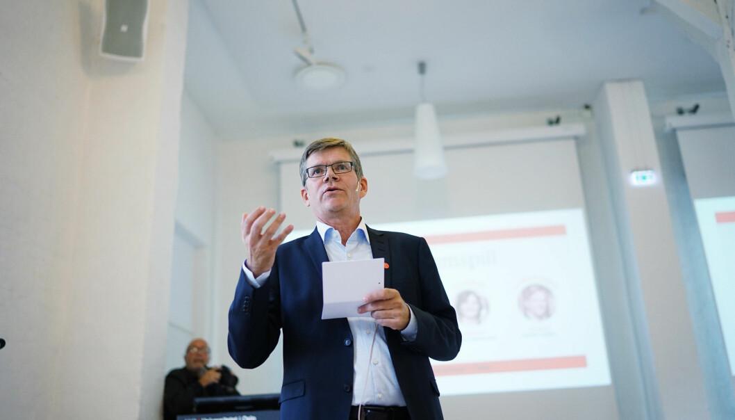 UiO-rektor Svein Stølen vil legge til rette for at medisinstudenter kommer i mål med utdanningen - og mener det er selvsagt at de får lønn om de bidrar under korona-utbruddet.