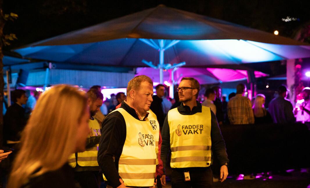 BI-rektor Inge Jan Henjesand (t.v.) og direktør i SiO Helse, Trond Morten Nejad-Trondsen var to av flere som gikk faddervakter under fadderuka i Oslo i fjor , blant annet for å hjelpe sterkt berusede studenter. Her er de utenfor et av studentenes populære utesteder i sentrum: Lavvo.