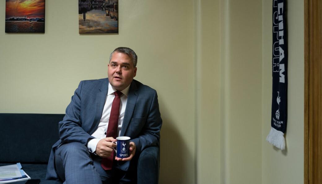 Roy Steffensen (Frp) leder Utdannings- og forskningskomiteen på Stortínget 2017-2021 og mener regjeringen trenerer et flertallsvedtak i Stortinget om en ny finansieringsmodell for høgskoler og universiteter.