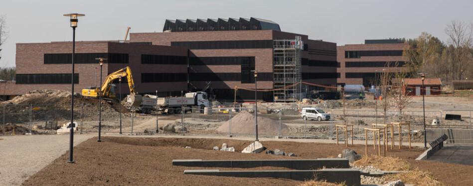Veterinærhøgskolen skal flytte sammen med resten av NMBU. Det enorme bygget er i åtte deler. Noen vil være ferdig til studiestart i august, men trolig ikke alle. Foto: Mina Ræge
