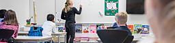 Rykkinn 20191015- Praksisstudenter fra 3. år på lærerutdanningen trinn 1-7 på OsloMet, Margrethe Hellerud (høy, hvit hals) , Simon Hansen, Emilie Anthonsen (øredobber, kortest hår) og Emilie Hviding (rosa jakke). Klasse 2A på Rykkinn skole. Foto: Siri Øverland Eriksen