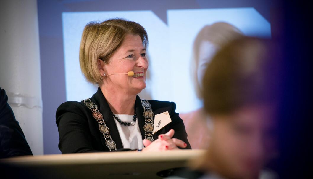 Anne Husebekk gir fra seg rektorkjedet 31. juli 2021. Om to uker skal universitetsstyret bestemme om neste rektor skal velges eller ansettes.