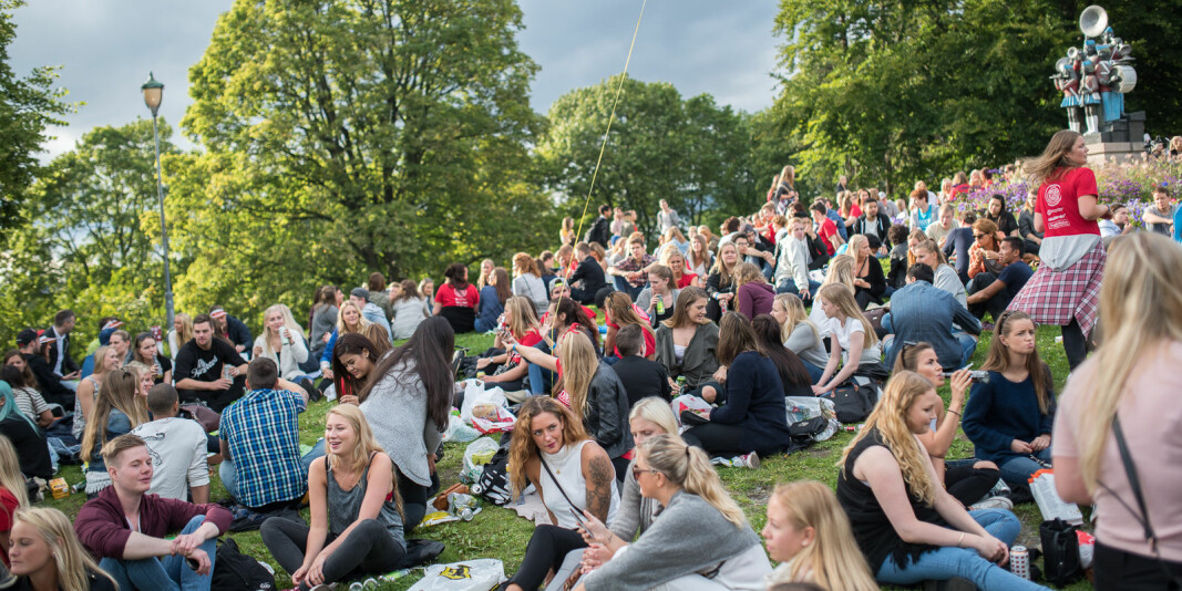 Nye studenter og faddere under grillkonserten på St. Hanshaugen i Oslo under studiestart for noen år siden.
