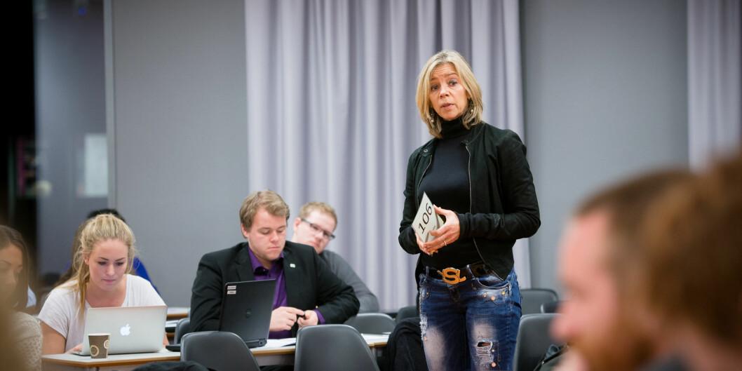 Prorektor Nina Waaler snakker her til studentparlamentet ved OsloMet. Nå kan hun få flere studenter ved universitetet der hun sitter i ledelsen, Waaler sier at OsloMet vil tilby kompetanseheving til dem som nå er permitterte.