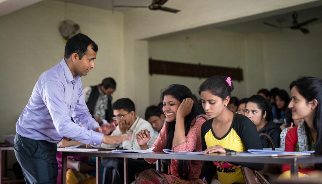 Laxmi Prasad Ojha underviser studenter i oppgaveskriving, under en workshop på Tribhuvan universitetet i Katmandu.