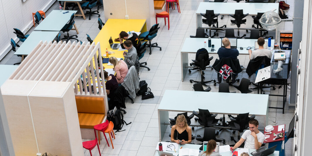 Studenter på lesesalplasser på NTNU.