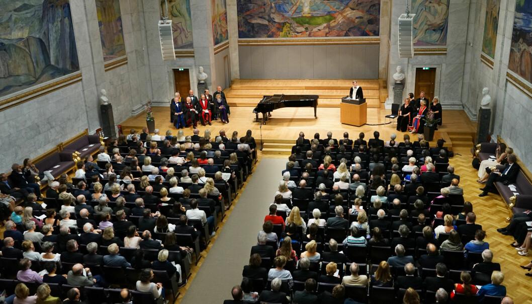 Mykje folk samla då Svein Stølen formelt tok over som rektor ved UiO. Han er svært tydeleg på at ein vald rektor også skal vera styreleiar.