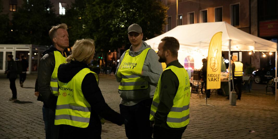 Skjenkestopp etter midnatt skal legge en demper på festingen i fadderukene ved studiestart, håper myndighetene. Bildet er fra Oslo sentrum og runde med faddervakter under studiestart 2019.
