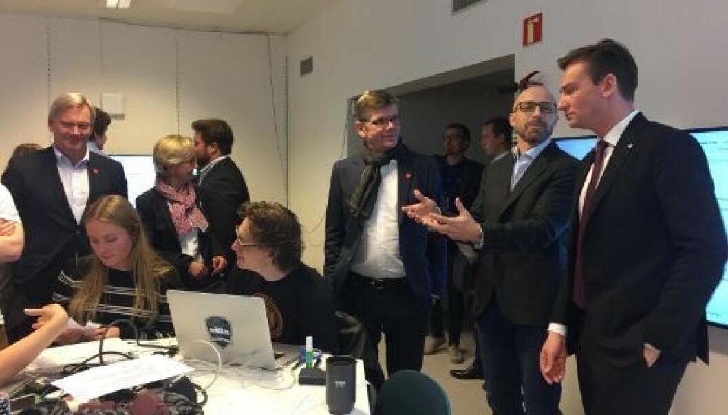 Her er statsråd Henrik Asheim på UiOb-esøk i oktober 2017 - da som vikar. I diskusjon med studenter og ansatte ved Center for Computing in Science Education. Foto: UiO