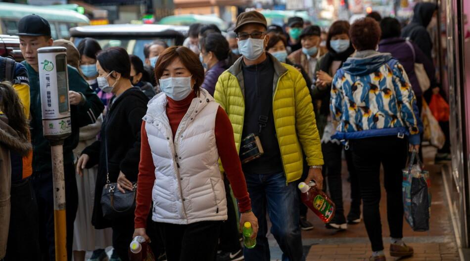 I Hongkong står folk i kø for å få gratis munnbind for å beskytte seg mot det nye coronaviruset. Alle tog og ferger mellom Hongkong og Kina innstilles fra midnatt den 30. januar, opplyser Hongkongs leder Carrie Lam. Foto: NTB-Scanpix - EPA/Jerome Favre