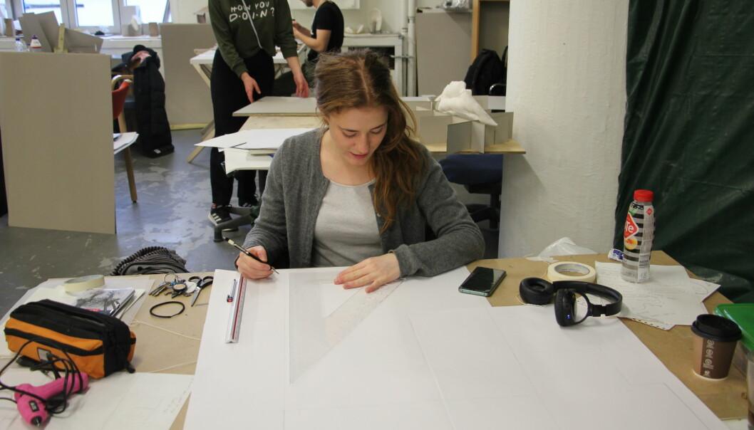 Emma Træland, går førsteår på Bergen arkitekturhøgskole, og bekrefter lange arbeidsdager, men at de gjennomføres med stor glede. Foto: Anne Skifjeld