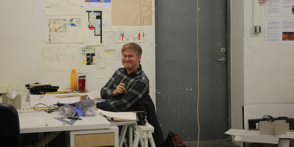 Truls Sandanbråten, førsteårsstudent på Bergen arkitekturhøgskole. Hvorfor vi jobber så mange timer i uka med studiene? Fordi det er gøy, svarer Sandanbråten. Foto: Anne Skifjeld