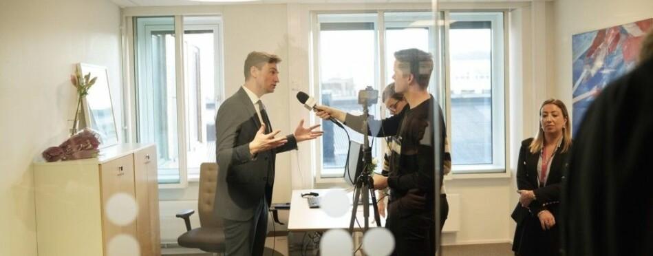 Her blir statsråd Asheim intervjeut at Khrono etter nøkkeloverrekkelsen i Kunnskapsdepartementet 24.januar. Foto: Ketil Blom Haugstulen