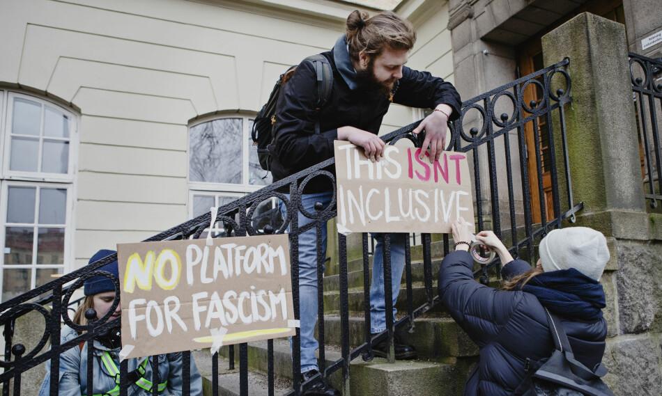 Demonstranter henger opp flere skilt utenfor Gøteborgs universitet i forbindelse med en forelesning holdt av Sverigedemokraternas Richard Jomshof. Foto: Tomas Ohlsson