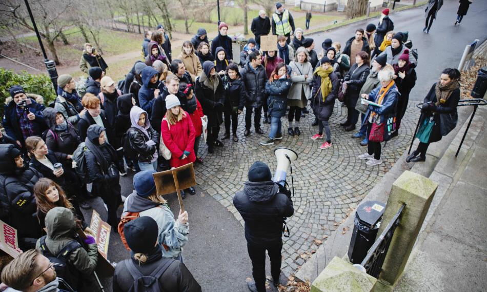 Flere demonstranter møtte opp da Sverigedemokraternas Richard Jomshof skulle holde en forelesning ved Göteborgs universitet i desember i fjor. Foto: Tomas Ohlsson.