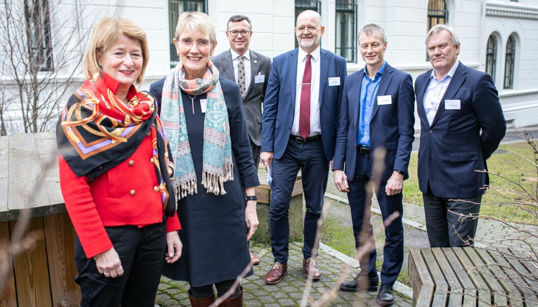 Mange rektorer samlet på ett brett. Anne Husebekk (til venstre) leder universitets- og høgskolerådet, og vil diskutere varslingsnemnd med rektorkollegene sine.