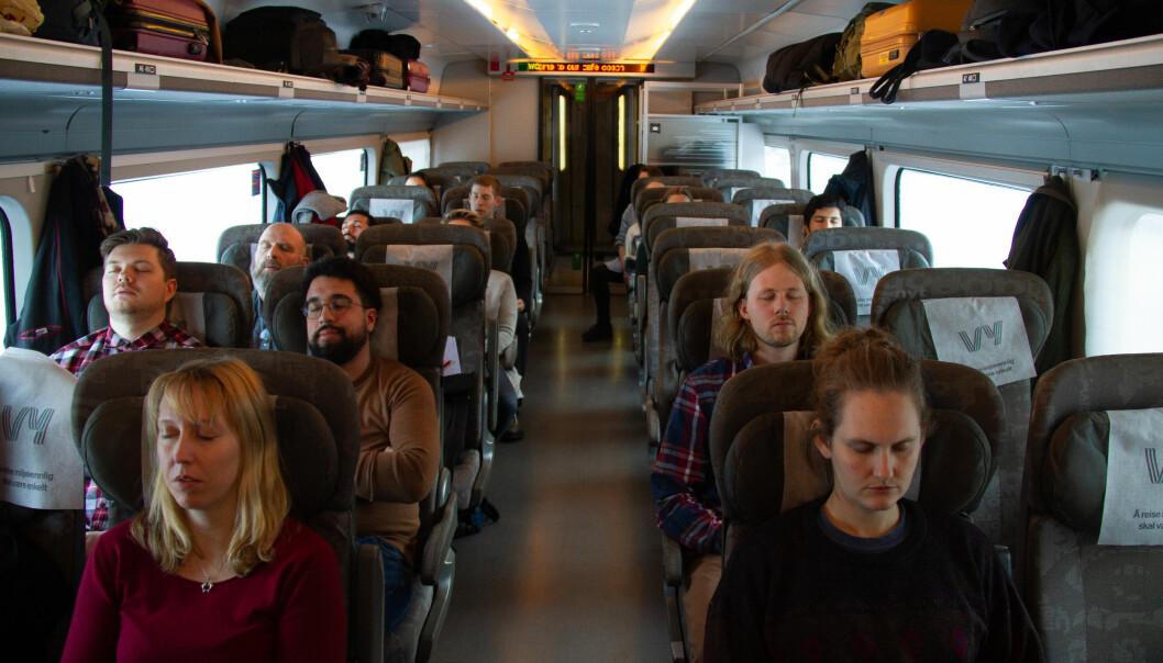 De togreisende ble lært om ulike teknikker Extinction Rebellion bruker på sine samlinger. Her mediteres det. Foto: Mats Arnesen.